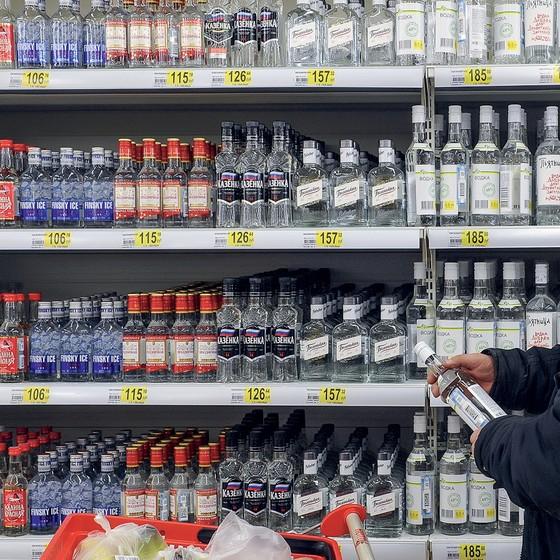 O consumo de álcool na Rússia caiu nas últimas décadas graças a medidas como a proibição da venda de vodca a partir das 22 horas e do consumo da bebida em espaços públicos (Foto: Alexander Ryumin/TASS/Getty Images)