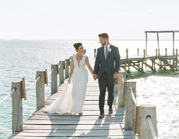 A renda, o chiffon e o musseline são alguns dos tecidos preferidos para as noivas que vão casar na praia (Foto: Instagram / Martha Stewart Wedding)