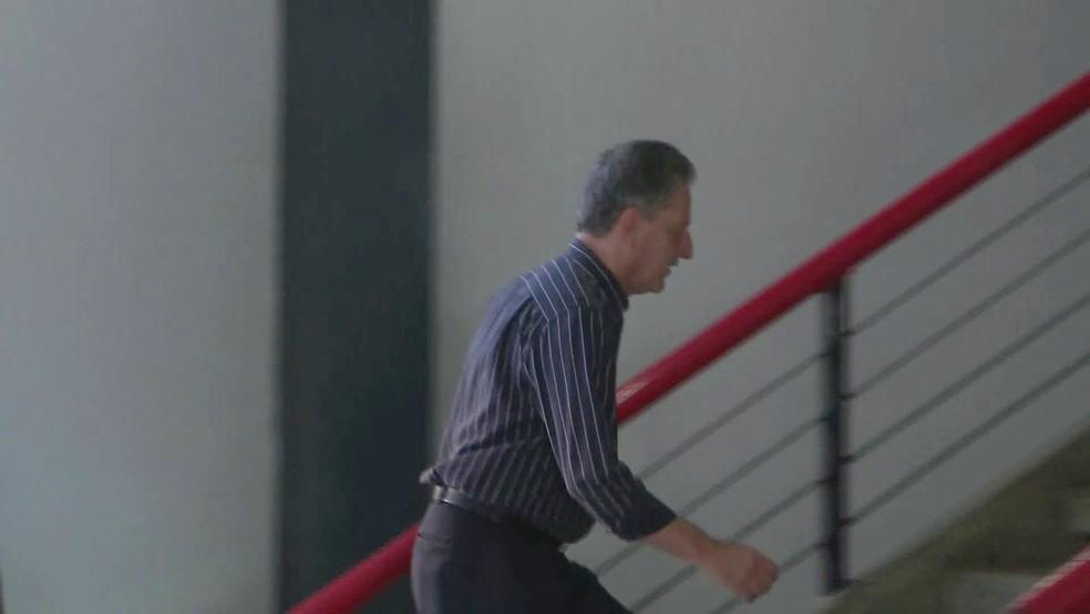 Rodolfo Landim chega à sede do Flamengo na Gávea — Foto: Andressa Gonçalves/GloboNews