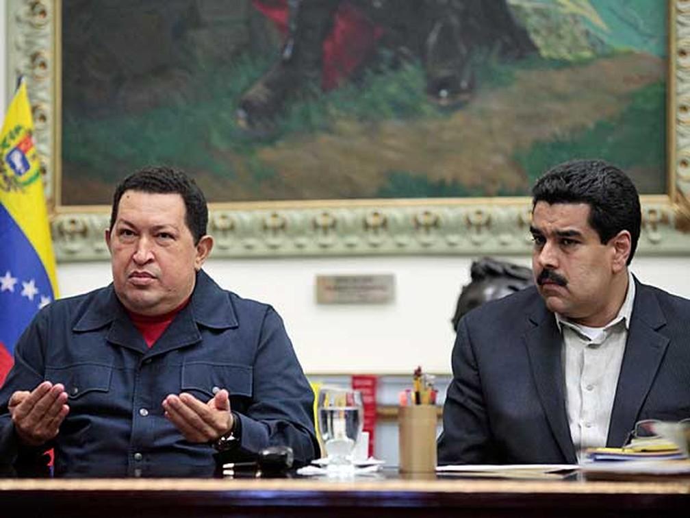O presidente da Venezuela, Hugo Chávez, ao lado de seu então vice-presidente, Nicolás Maduro, em dezembro de 2012 — Foto: Marcelo Garcia / Miraflores Press / AP Photo