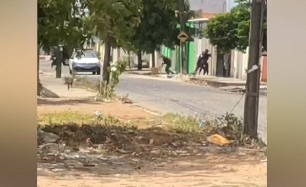 Vídeo mostra tiroteio entre policiais militares e assaltantes na Zona Norte de Natal. — Foto: Reprodução/Inter TV Cabugi