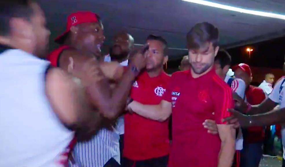 Diego é agredido por torcedores no embarque do Flamengo (Foto: Reprodução / Esporte Interativo)