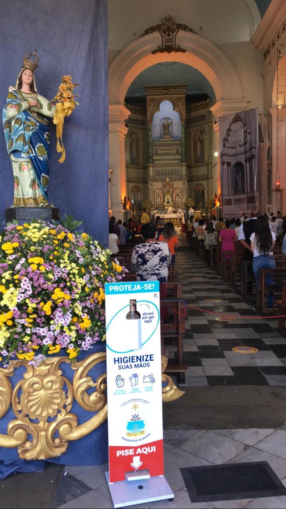 Na entrada da Catedral de Maceió, há álcool em gel para os fiéis — Foto: Douglas Lopes/TV Gazeta