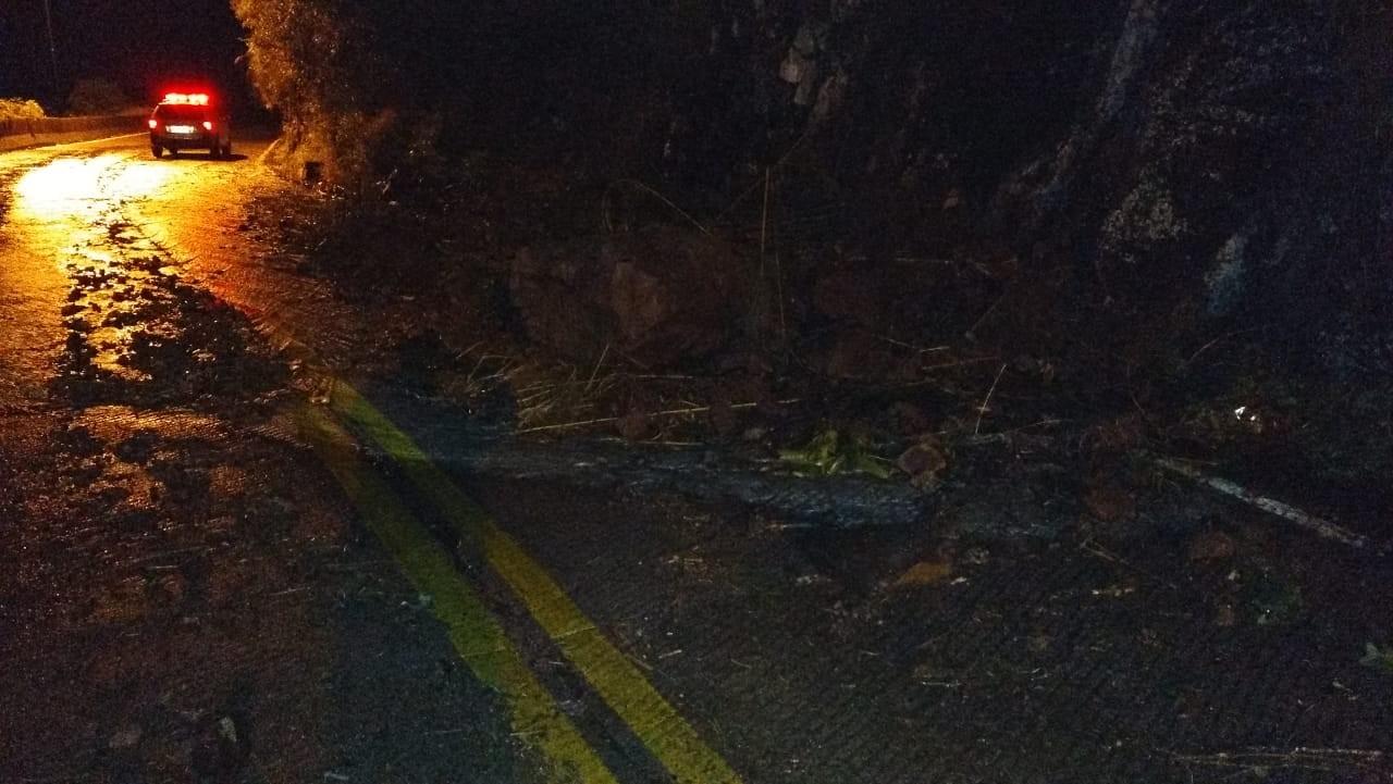 Deslizamento de terra bloqueia parcialmente pista na Serra do Rio do Rastro  - Notícias - Plantão Diário