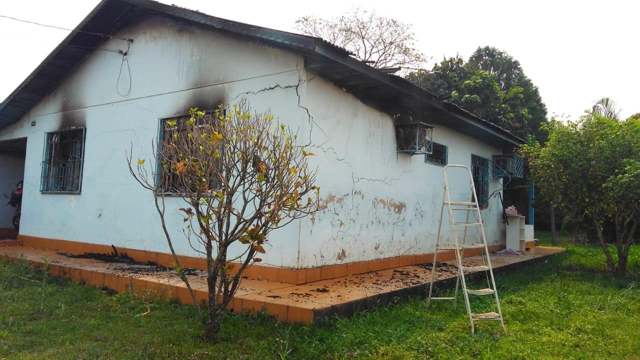 Homem morre carbonizado após colocar fogo em casa durante briga com a esposa, em Foz do Iguaçu - Notícias - Plantão Diário