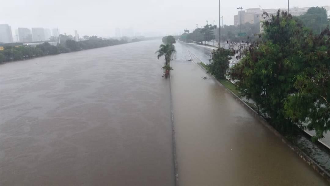 Rio Tietê transbordou e invadiu a Marginal na altura da Ponte do Limão, na Zona Norte de São Paulo