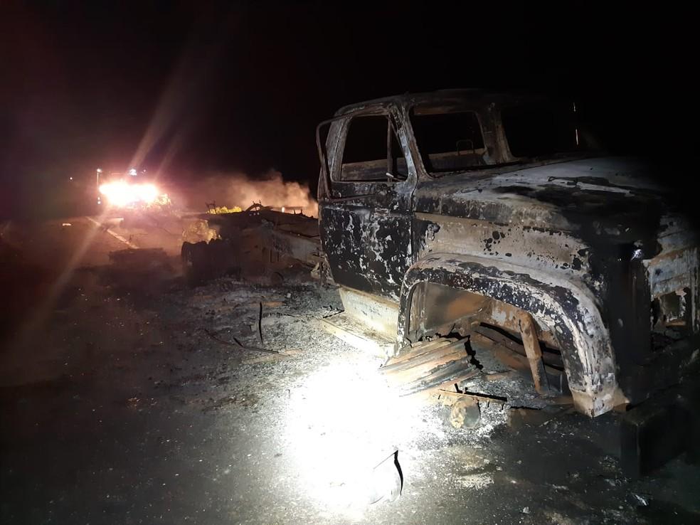 Caminhão abandonado havia pego fogo há alguns dias — Foto: Divulgação/Polícia Rodoviária Federal