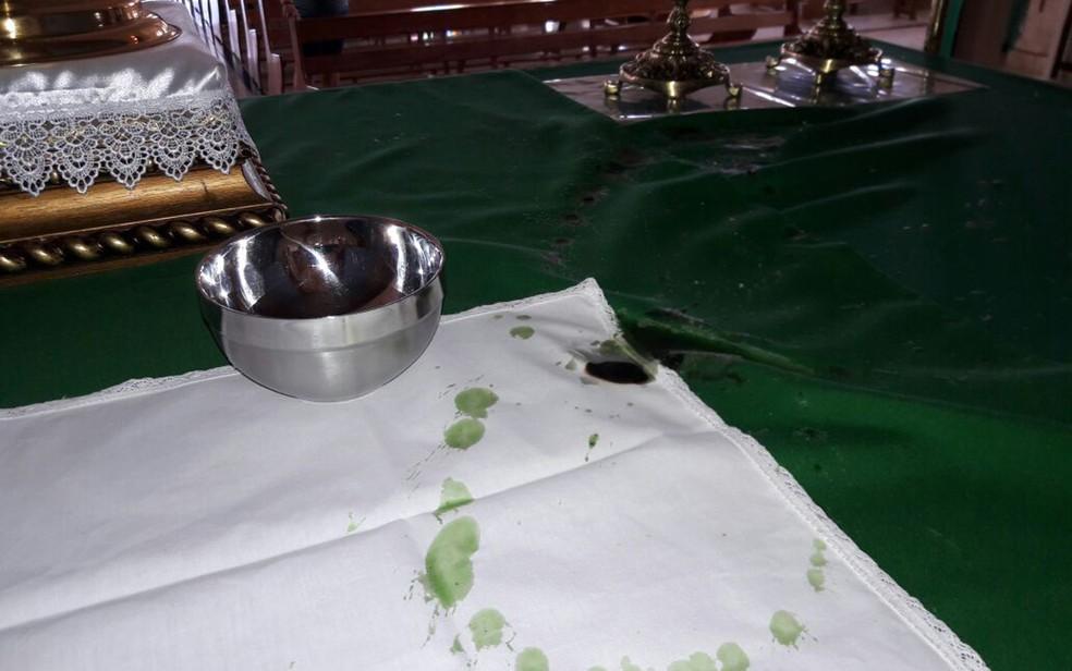Vela caiu e queimou toalha em altar de igreja, da cidade de Itanhém (Foto: Água Preta News)