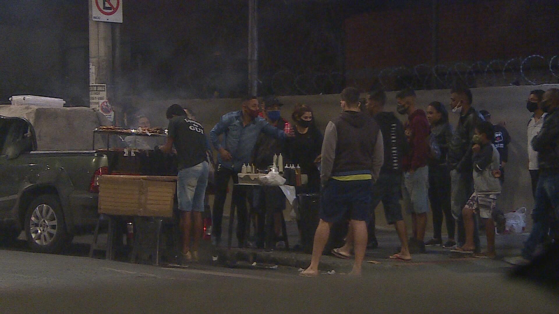 Bares e churrasquinhos provocam aglomeração em BH e Contagem