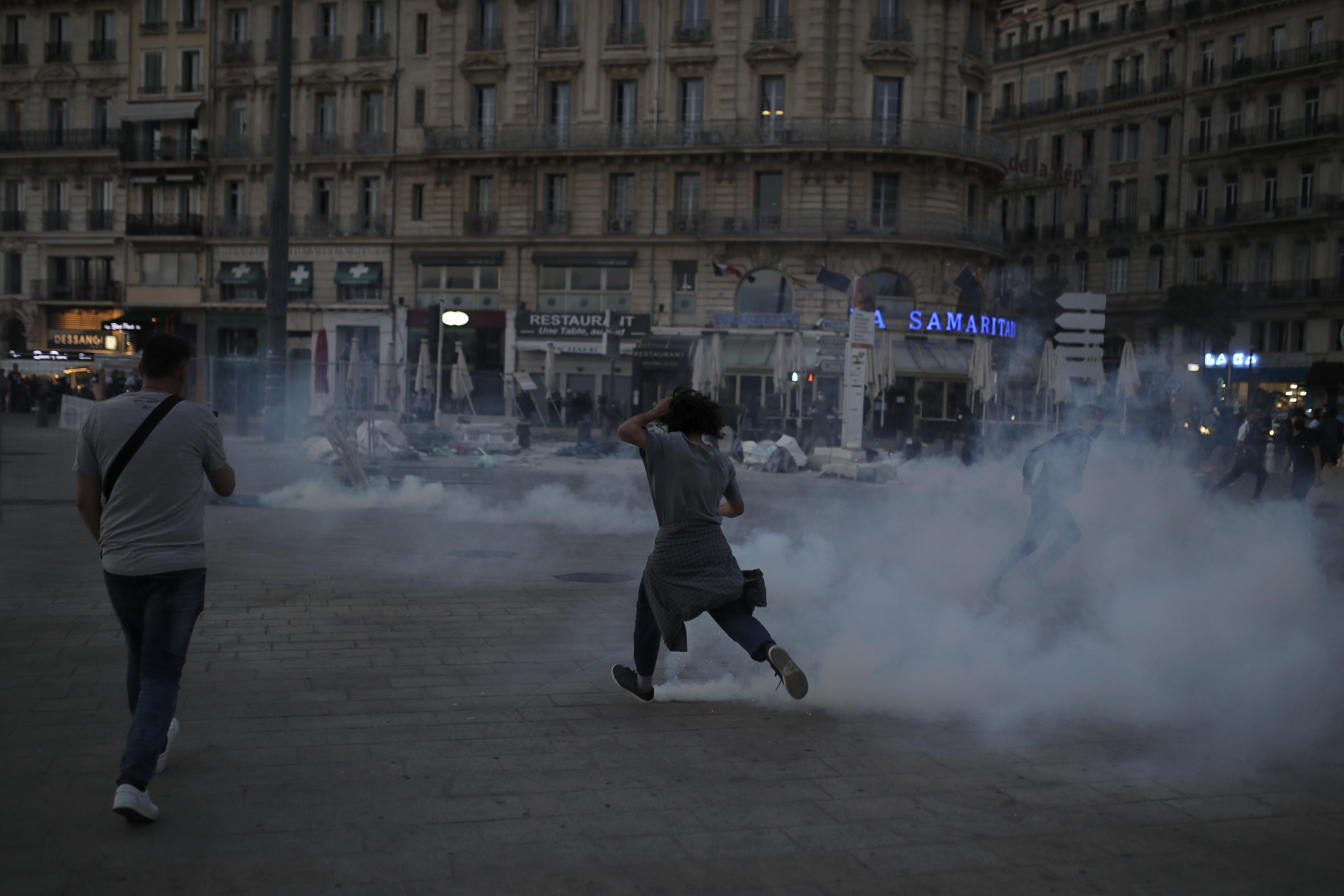 Polícia e manifestantes contra racismo entram em confronto em Paris