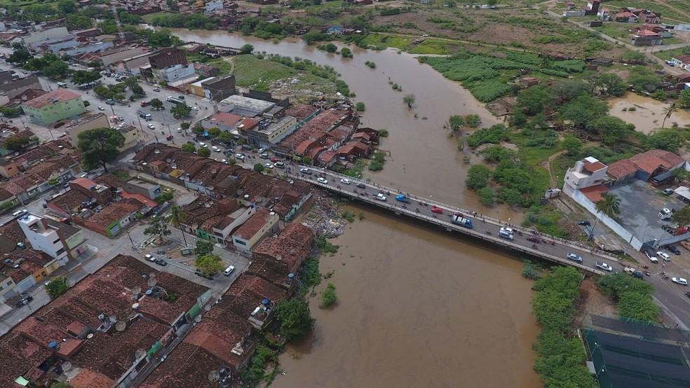 Ruas ficam alagadas em Santa Cruz do Capibaribe após chuvas (Foto: Ney Lima/Reprodução)