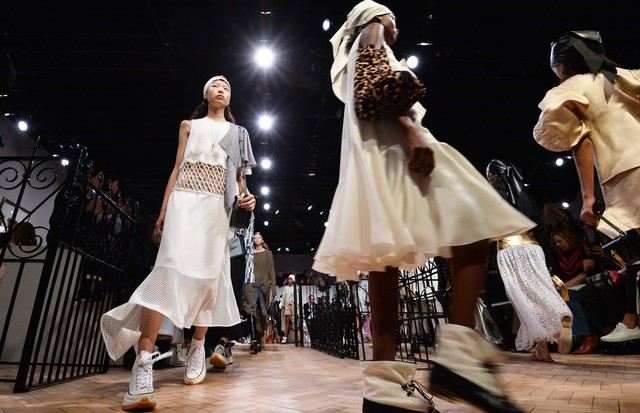 LONDON, ENGLAND - SEPTEMBER 15:  Models walk the runway at the finale of the JW Anderson show during London Fashion Week September 2018 on September 15, 2018 in London, England.  (Photo by Jeff Spicer/Getty Images for JW Anderson) (Foto: Getty Images for JW Anderson)