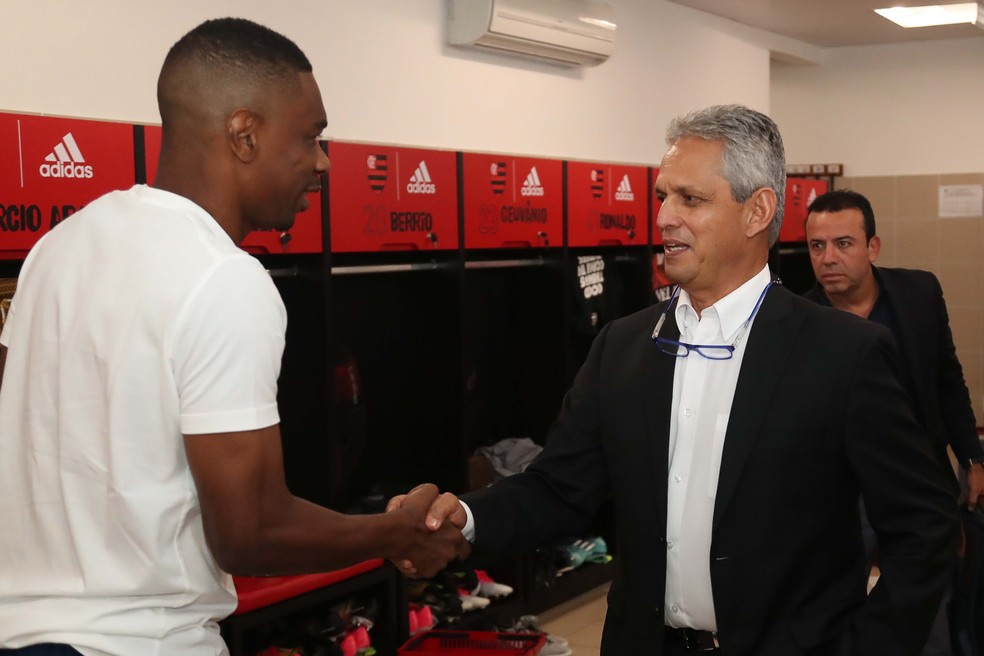 Reinaldo Rueda cumprimenta o zagueiro Juan (Foto: Gilvan de Souza/Flamengo)