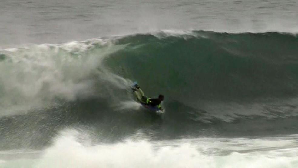 Body boarder aproveita ondas grandes causadas pela ressaca no Arpoador (Foto: Andressa Gonçalves/Reprodução/G1)