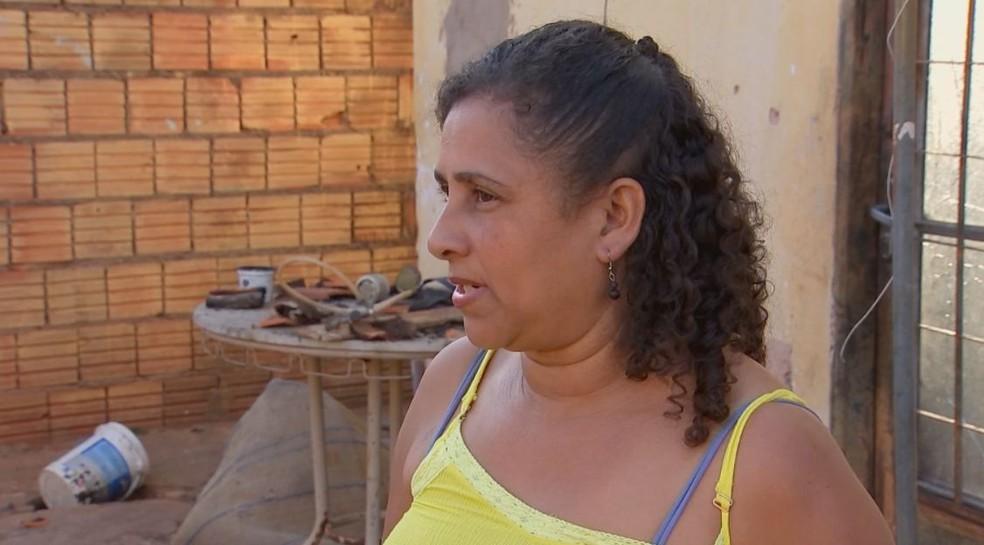 Isaura Ferreira estava na casa com os filhos e a nora e viu sua casa ser destruída pelas chamas em 15 minutos (Foto: TV TEM / Reprodução )