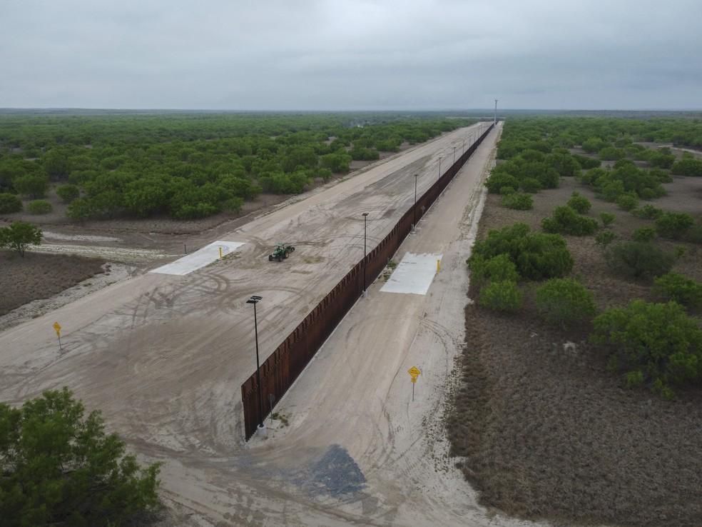 Muro na fronteira entre EUA e México, na cidade de Roma (Texas) — Foto: Ed Jones/AFP