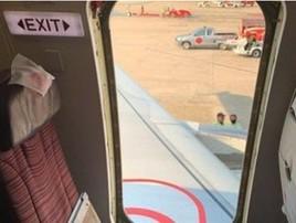 Turista arranca porta de emergência antes de decolar na Tailândia (Reprodução)