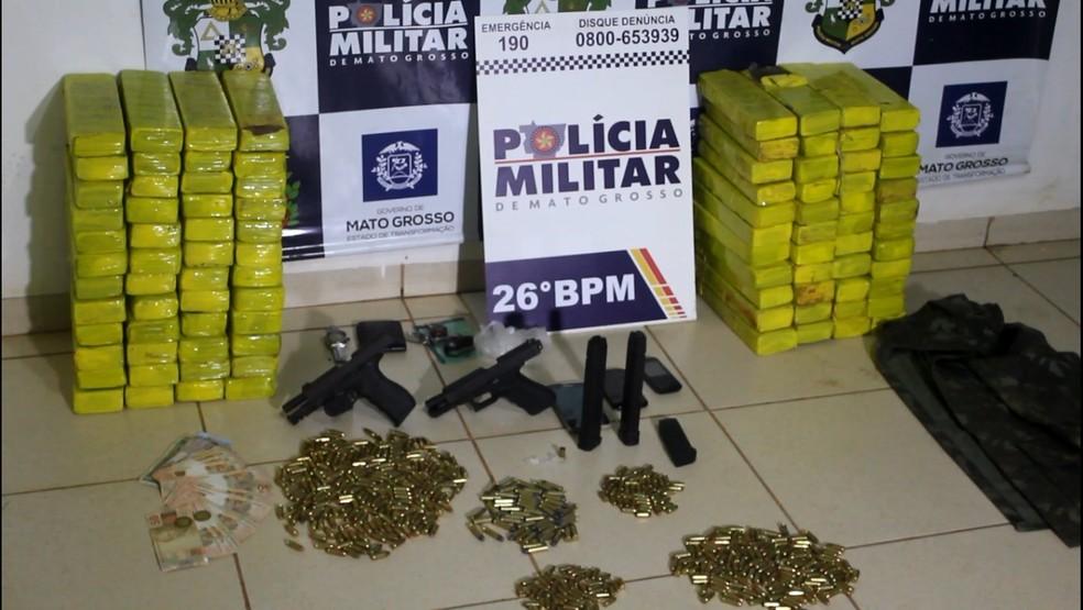 Três homens são presos com quase 100 tabletes de droga, armas e munições em Santa Rita do Trivelato (Foto: Polícia Militar de MT/Assessoria)