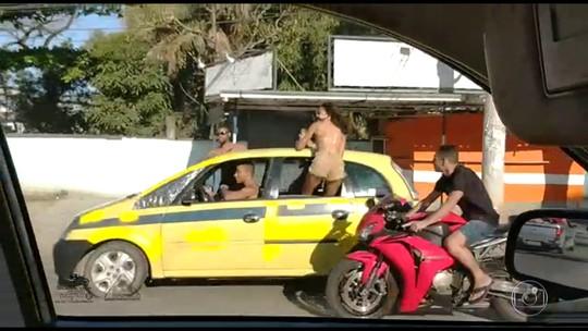 Motoqueiros são flagrados em alta velocidade e sem capacete em Belford Roxo, no RJ