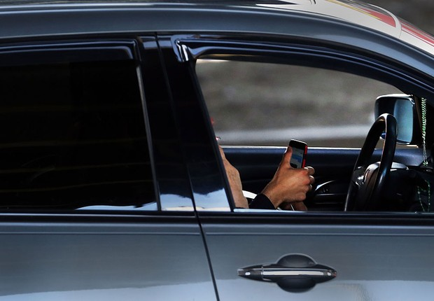 Motorista usa celular ao volante (Foto: Spencer Platt/Getty Images)