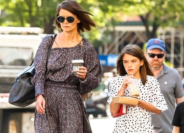 Katie Holmes leva a filha Suri Cruise para passear (Foto: Backgrid)