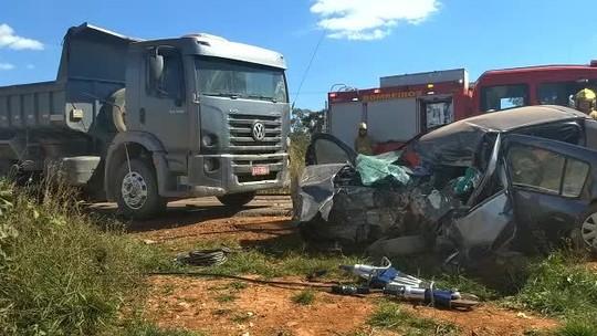 Mulher morre em acidente entre carro e duas carretas na DF-001; vídeo