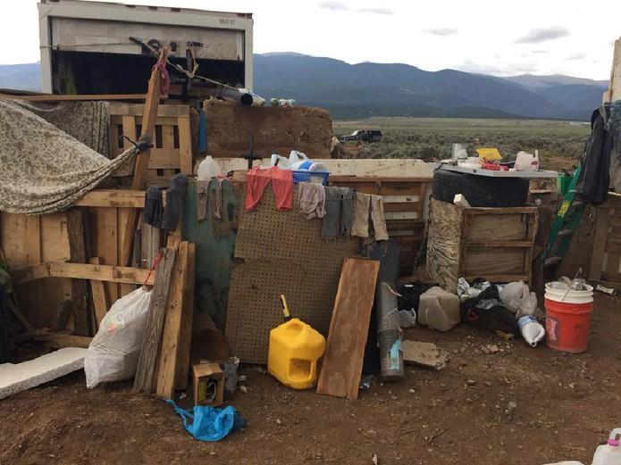Roupas e outros objetos na área onde as crianças foram encontradas: 'Elas estavam tão magras que dava para ver as costelas delas', disse a polícia (Foto: Handout/ Taos County Sheriff's Office/AFP)