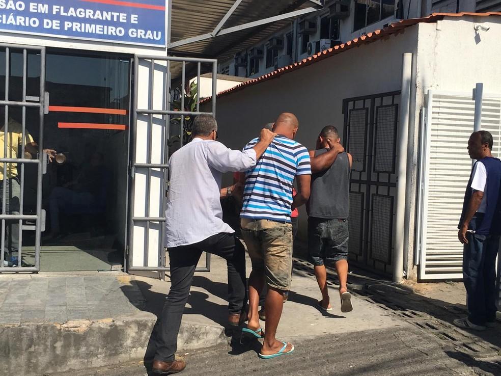 Paulo Sérgio ao chegar para a audiência de custódia em Salvador — Foto: João Souza/ G1