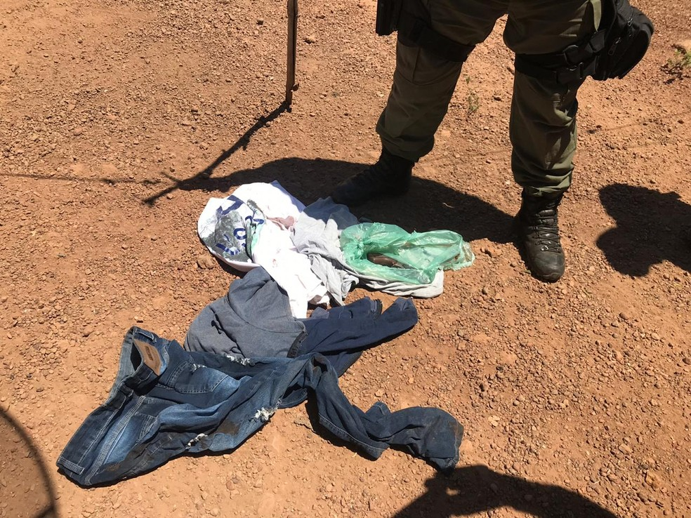 Polícia apreendeu roupas sujas de sangue com o suspeito — Foto: Divulgação/PM