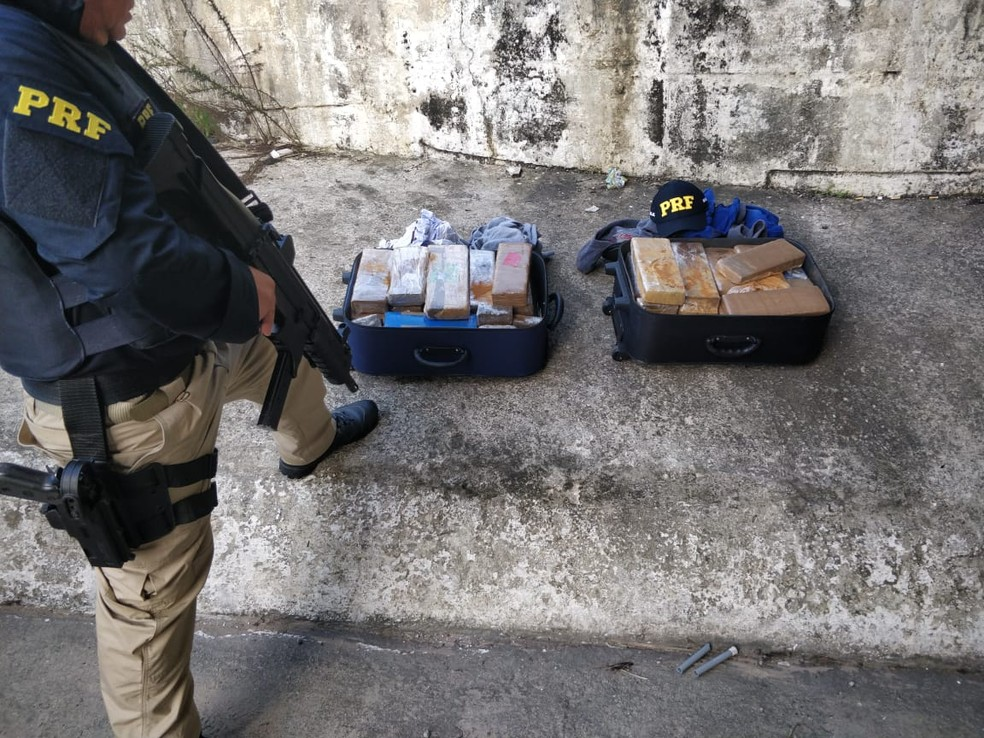 Droga apreendida estava escondida dentro de malas (Foto: PRF/Divulgação)