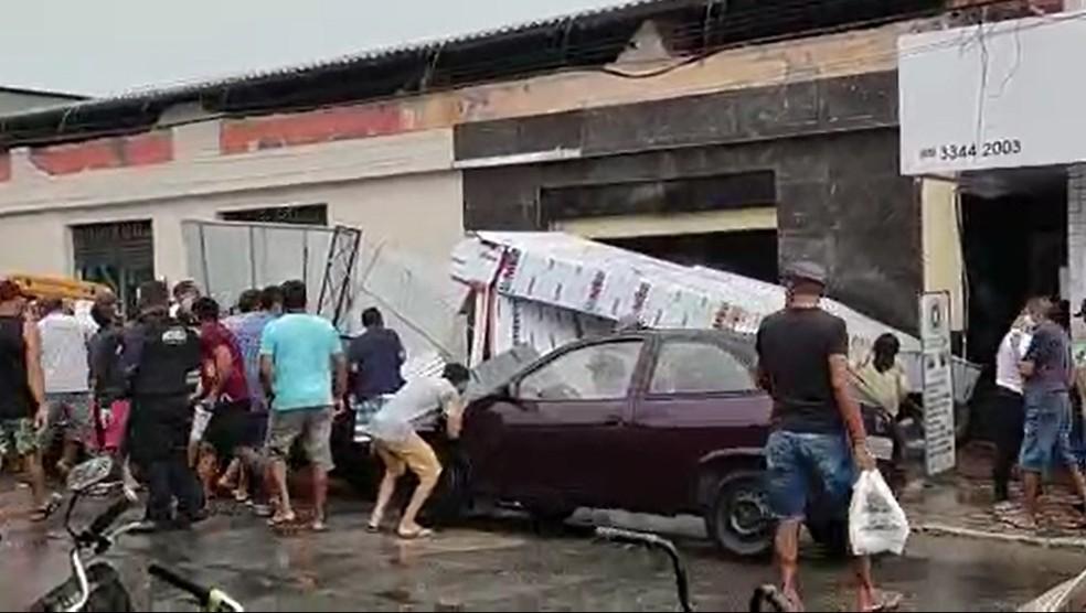 Desabamento de estrutura de loja em Paracuru atinge ao menos duas pessoas — Foto: Reprodução