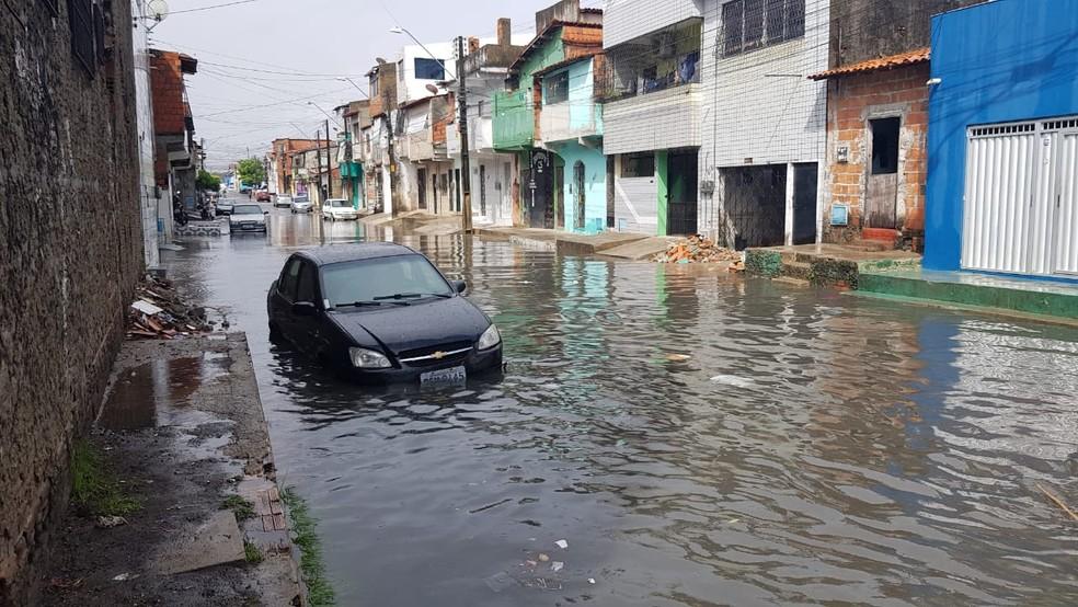 No Bairro Aerolândia, em Fortaleza, água chegou a invadir casas e deixou carros submersos. — Foto: José Leomar