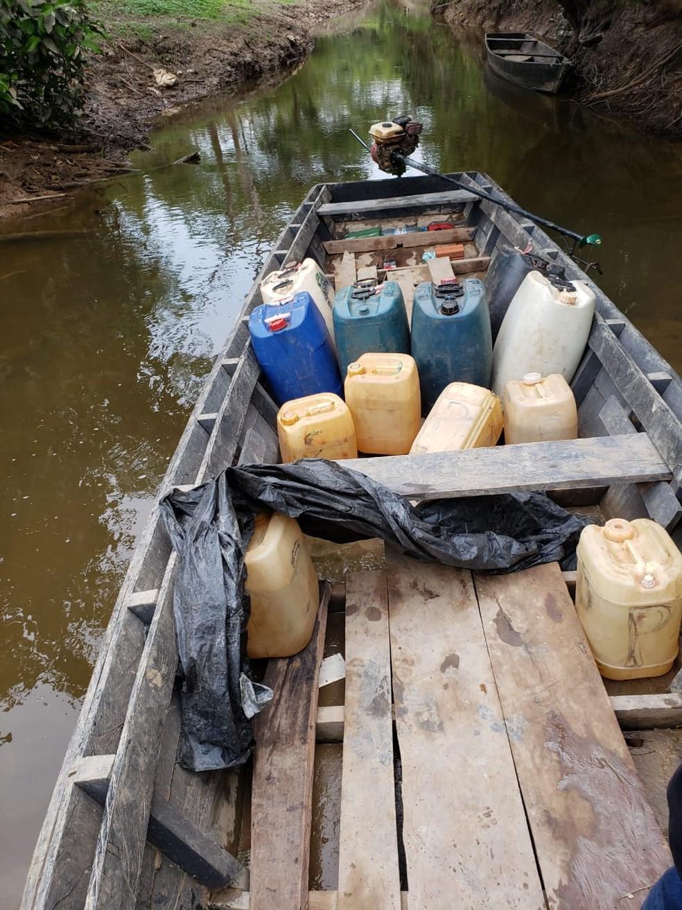 Gasolina foi transportada do Brasil para a Bolívia em barco — Foto: PF/Reprodução