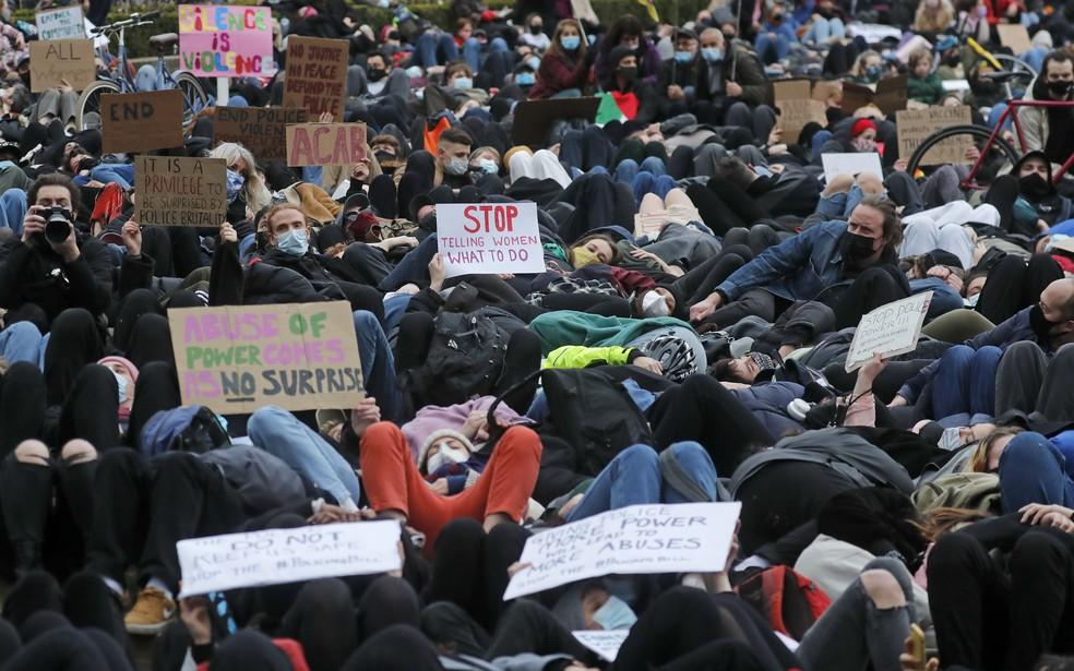 Manifestantes se deitam em Londres durante protesto pelo assassinato de Sarah Everard — Foto: Frank Augstein/AP