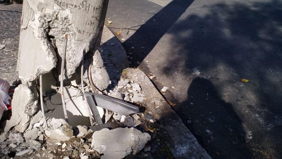 Com impacto da batida, base do poste ficou danificada — Foto: Raquel Freitas/G1