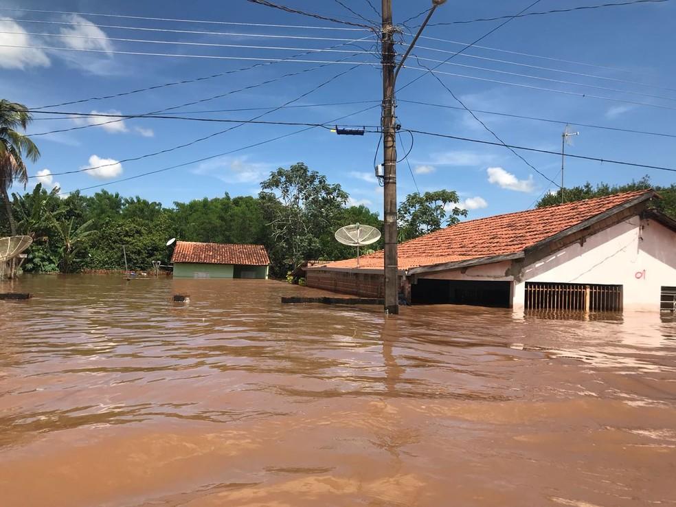 Com cheia do rio, água quase encobriu casas em Aquidauana (MS) (Foto: Cláudia Gaigher/TV Morena)