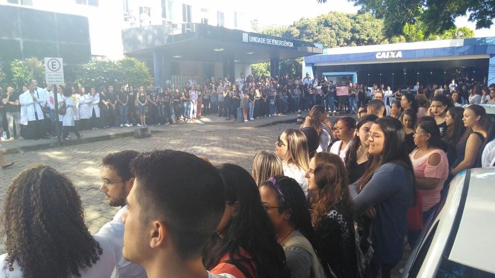 Manifestação em frente ao Hucam, em Vitória (Foto: Kaique Dias/CBN Vitória)