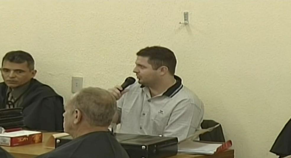 Sérgio Rolim em julgamento pela participação nas mortes de vítimas do grupo criminoso. — Foto: Reprodução/TV Verdes Mares