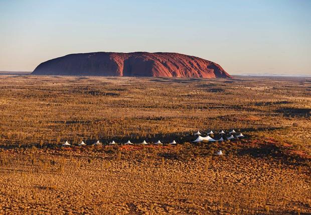 Acampamento ecológico de cinco estrelas com vista direta de todas os seus quartos ao majestoso Monte Uluru, na Austrália. (Foto: NUBA Expediciones)