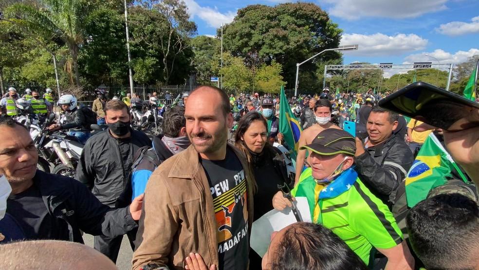 Eduardo Bolsonaro provoca aglomeração no Ibirapuera — Foto: Reprodução/TV Globo