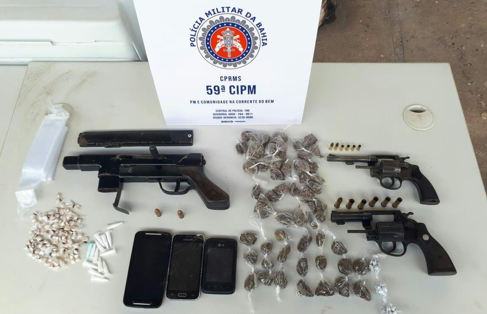 Uma submetralhadora, dois revólveres calibres 38 e 22, carregadores e drogas foram apreendidos. — Foto: Divulgação/SSP-BA