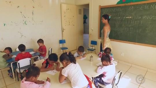 Únicas duas funcionárias se desdobram para ensinar e fazer merenda de escola