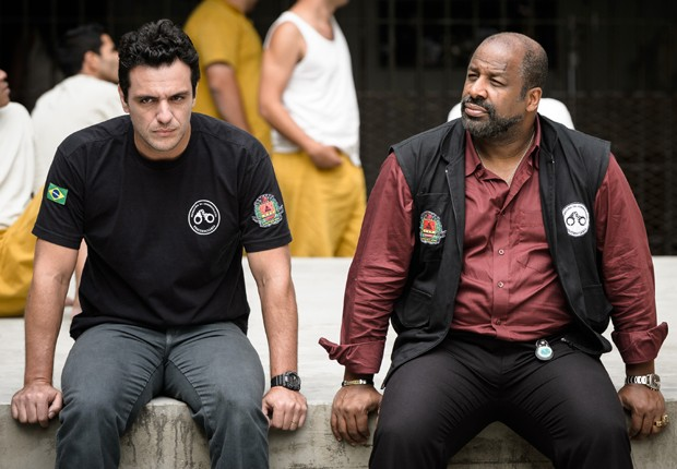 Rodrigo Lombardi e Aílton Graça nas gravações de 'Carcereiros' (Foto: Divulgação/TV Globo)