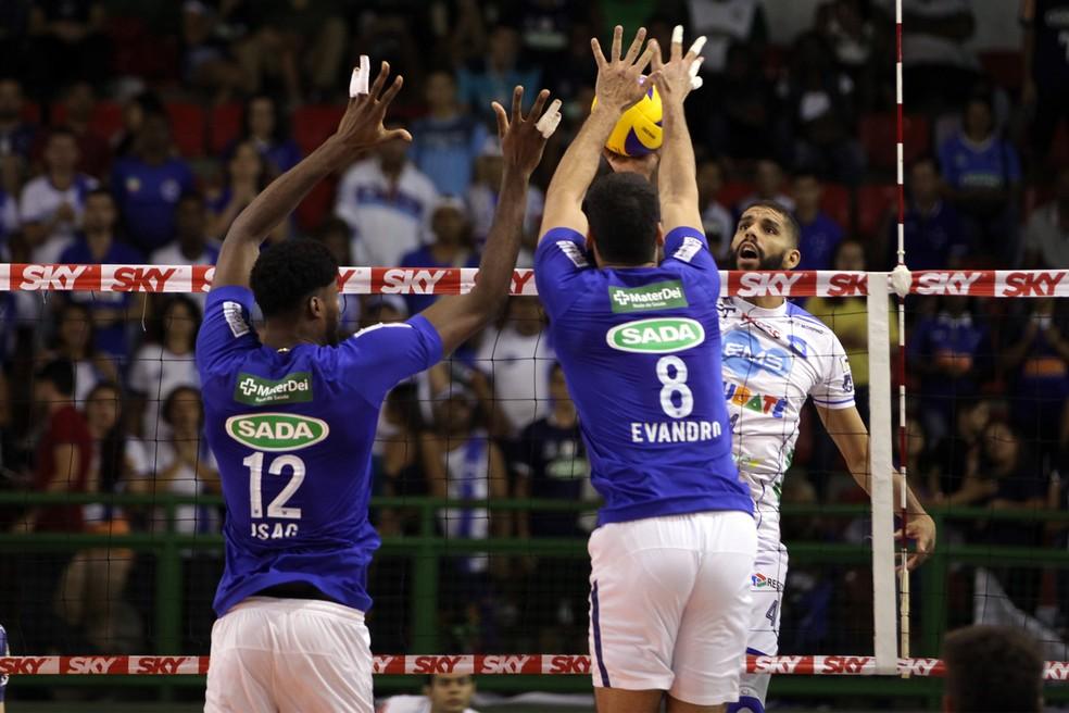 Jogo foi equilibrado, mas Simon desequilibrou nos saques (Foto: Renato Araújo/Sada Cruzeiro)