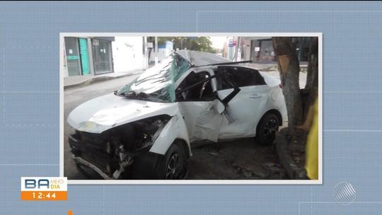 Jovem fica gravemente ferido após carro bater em árvore na Bahia