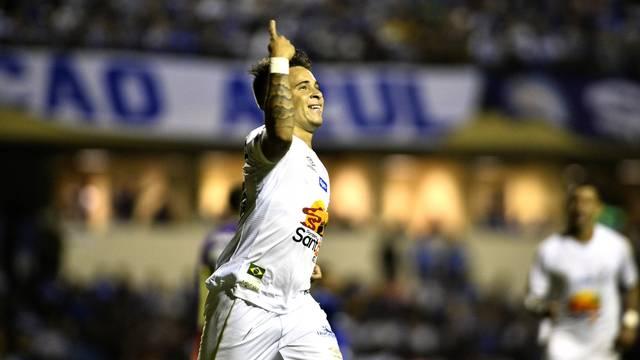 Soteldo comemora seu primeiro gol pelo Santos, em jogo contra o São Bento