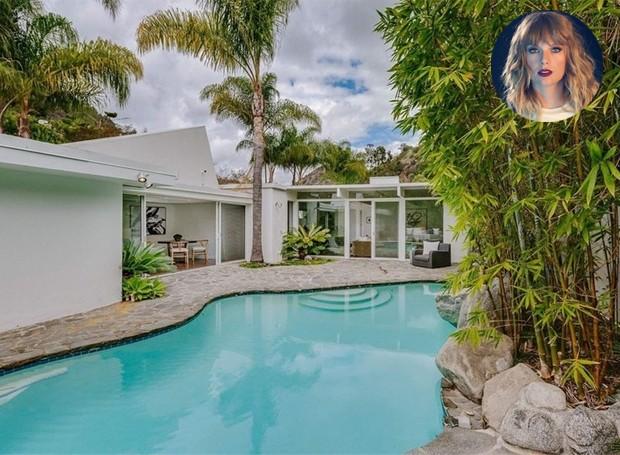 A casa é iluminada por portas de correr de vidro que dão para a piscina (Foto: Homes.com)