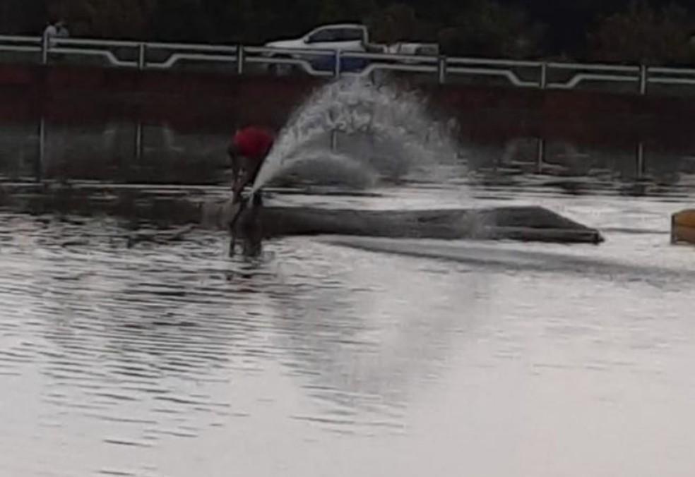 Bomba de oxigenação localizada no centro do lago já foi colocada em funcionamento — Foto: Prefeitura de Garça/Divulgação