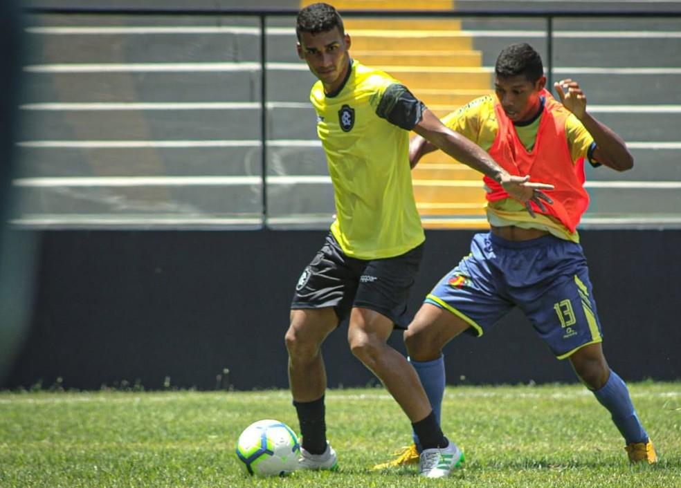 Higor (de amarelo) marcou os dois gols do Remo no jogo-treino sábado passado — Foto: Samara Miranda/Remo