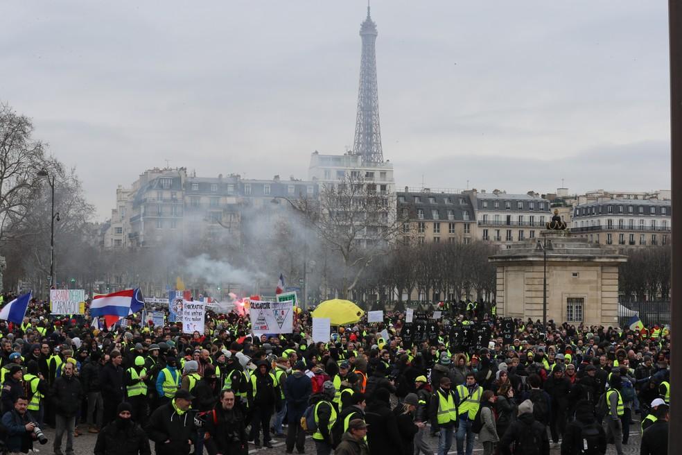 Manifestantes participam de protesto contra o governo no centro de Paris, neste sábado (19). — Foto: Philippe Lopez/AFP